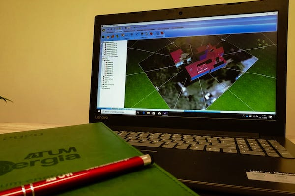 Wizualizacja na laptopie projektu instalacji fotowoltaicznych w programie PV*SOL Premium